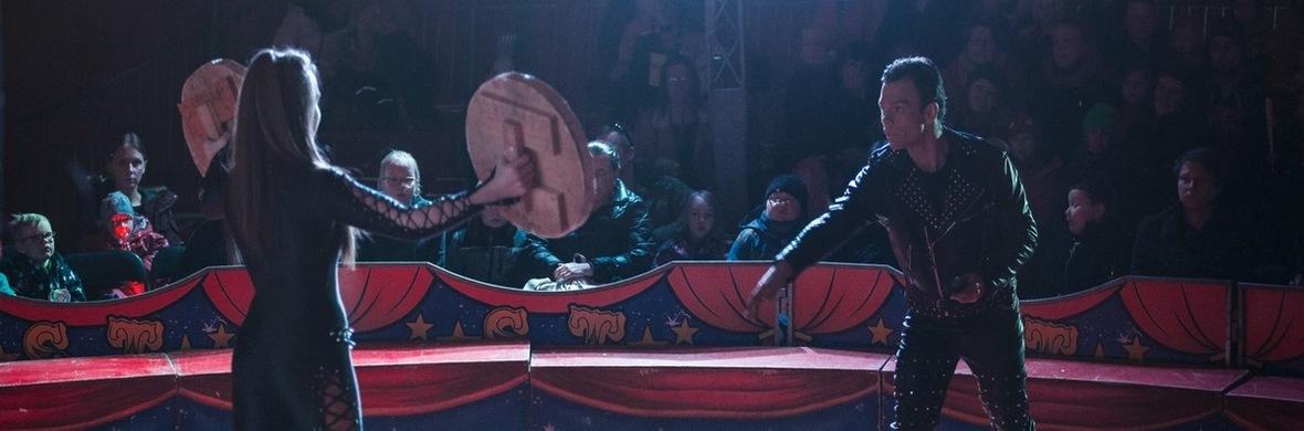 Duo Foray Knife Throwing - Circus Shows - CircusTalk