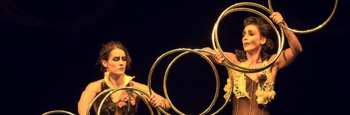 Twin alike - hoop manipulation - Circus Acts - CircusTalk